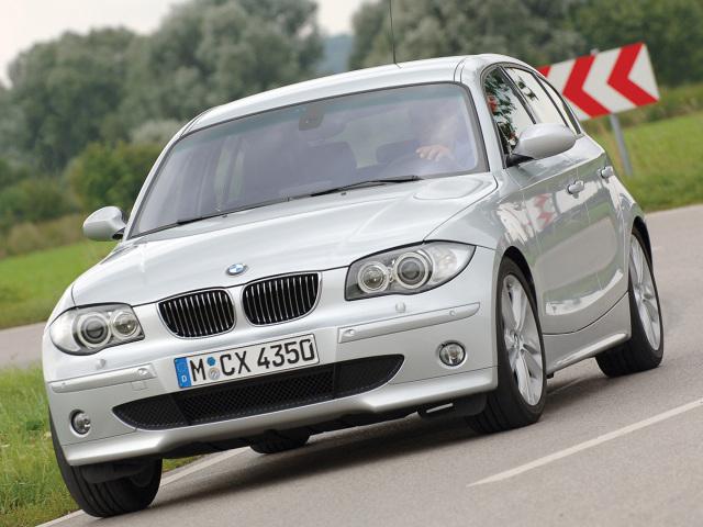 BMW 1 (2004-2007)  Ten model to przystępny cenowo przedstawiciel klasy premium. Jest niewielki i trochę przyciasny, ale to jednak BMW – szybkie, dopracowane technicznie i prestiżowe.  Fot. BMW
