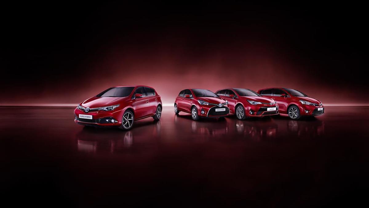 Toyota Motor Europe wprowadza nową koncepcję roku modelowego dla modeli produkowanych w Europie. Zgodnie z nią producent będzie co roku aktualizował palety lakierów oraz elementy stylizacyjne. W 2017 roku modele Yaris, Auris, Verso i Avensis będą dostępne w nowym kolorze Tokyo Red, z nowymi tapicerkami oraz nowym wzorem felg aluminiowych.  Fot. Toyota