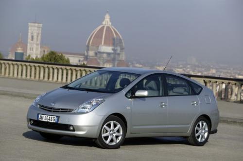 Fot. Toyota: Najoszczędniejszym autem napędzanym silnikiem benzynowym jest Toyota Prius. Ten samochód ma jednak napęd hybrydowy, w którym silnik benzynowy jest wspomagany silnikiem elektrycznym. Średnie zużycie paliwa wynosi tylko 4,3 l na 100 km.