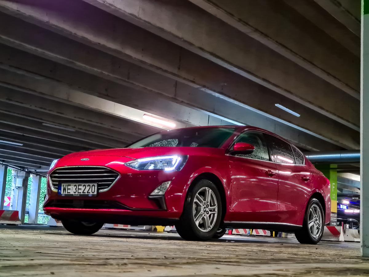 """Ford Focus obecnej generacji jest na rynku już od 2018 roku i wkrótce doczeka się pierwszego liftingu. Znają go wszyscy i z pewnością doceniają niezwykłą elastyczność oferty. Mowa nie tylko o rodzajach nadwozia, ale i wersji wyposażenia: od sportowej ST po """"terenową"""" Active. Teraz do palety wkroczyła wyczekiwana odmiana sedan. Jak się prezentuje w bardzo popularnej odmianie z silnikiem 1.0 EcoBoost o mocy 125 KM z manualną przekładnią? Fot. Kamil Rogala"""