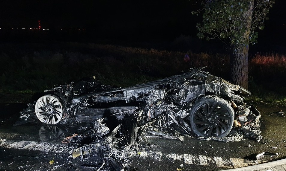 Tyle zostało z BMW i8 pożarze. Fot. OSP Miłobądz
