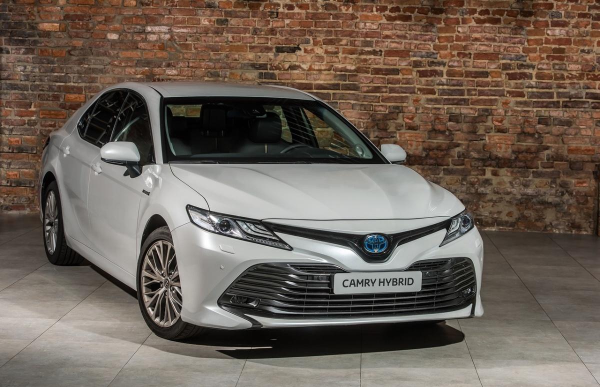 Toyota Camry   Układ hybrydowy zastosowany w aucie składa się z 2,5-litrowego, czterocylindrowego silnika benzynowego z nowej serii Dynamic Force Engine oraz silnika elektrycznego. Łącznie generują one moc 218 KM (160 kW) i rozpędzają auto do 100 km/h w 8,3 s. Auto wyróżnia się niskim średnim zużyciem paliwa od 4,2-4,3 l/100 km oraz emisją CO2 od 99-101 g/km wg NEDC. Hybrydowa Camry może jechać w trybie EV (elektrycznym) nawet do prędkości 125 km/h.   Fot. Toyota