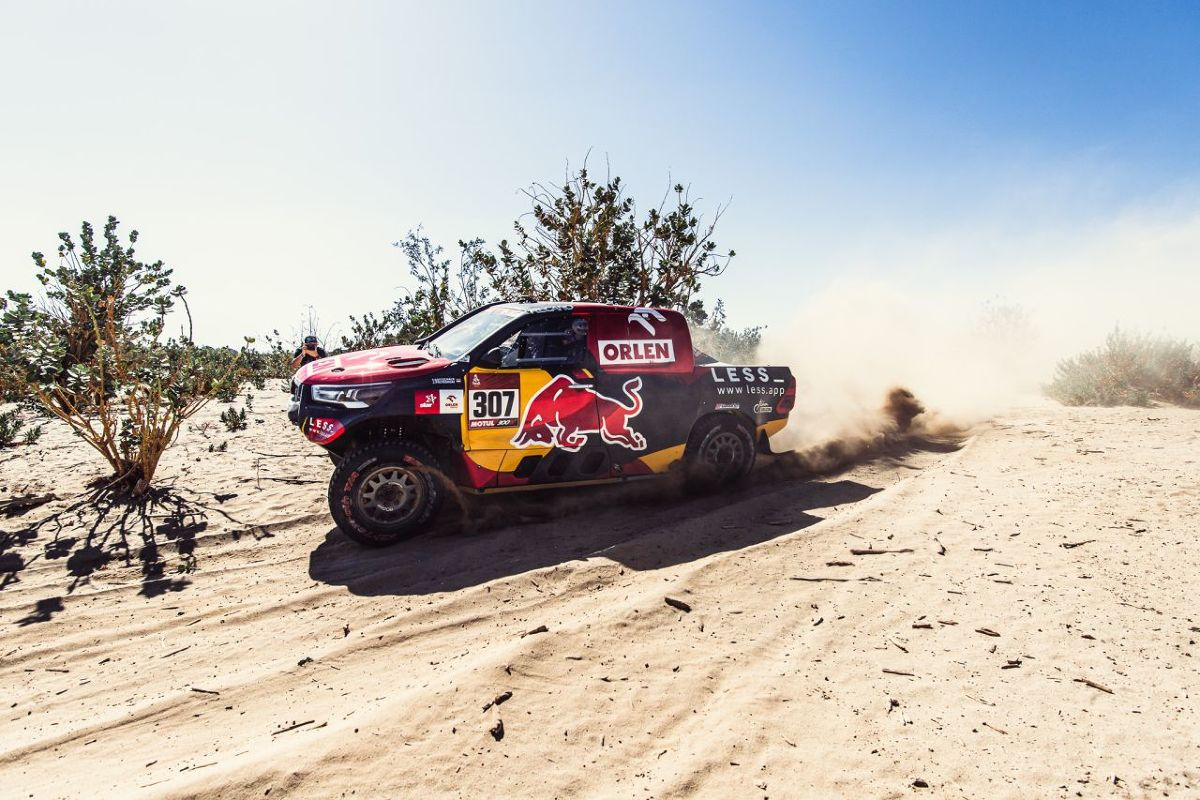 Aż 27 Hiluxów i Land Cruiserów mierzy się z Rajdem Dakar 2021. To najtrudniejsza impreza cross-country w motorsportowym kalendarzu i sprawdzian wytrzymałości nie tylko dla maszyn, ale i zawodników.   Fot. archiwum Jakuba Przygońskiego