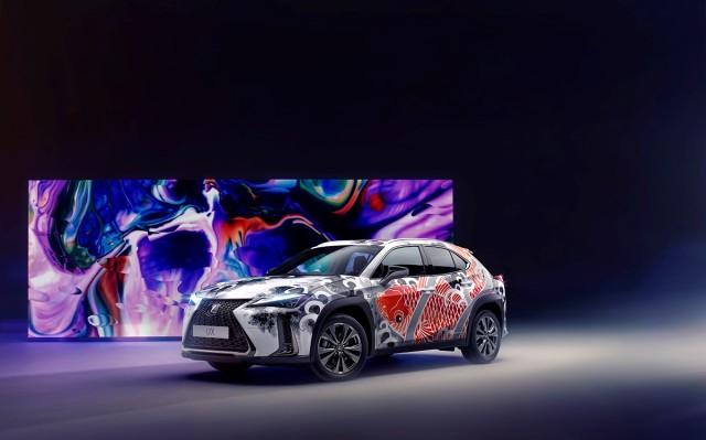 By uczcić wyrafinowane rzemiosło i tradycyjny japoński kunszt, Lexus zamówił pierwsze na świecie wytatuowane auto. Jedyną w swoim rodzaju interpretację miejskiego crossovera UX zaprojektowała i stworzyła wiodąca londyńska tatuażystka, Claudia De Sabe.  Fot. Lexus