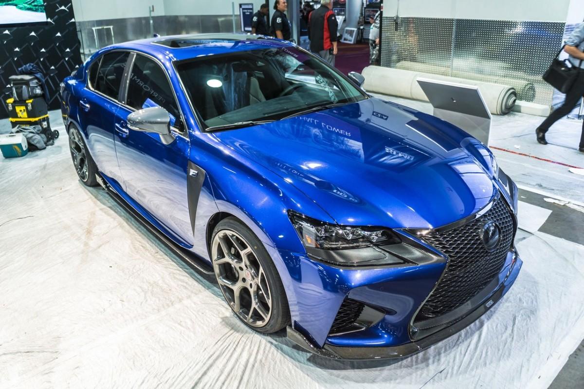 Lexus GS F   Lexus GS F zyskał większy rozstaw kół, zwiększający przyczepność i stabilność, a także poprawiający osiągi system wlotów zimnego powietrza, usprawniony układ wydechowy z tytanowymi końcówkami rur oraz specjalne pneumatyczne zawieszenie.   Fot. Lexus
