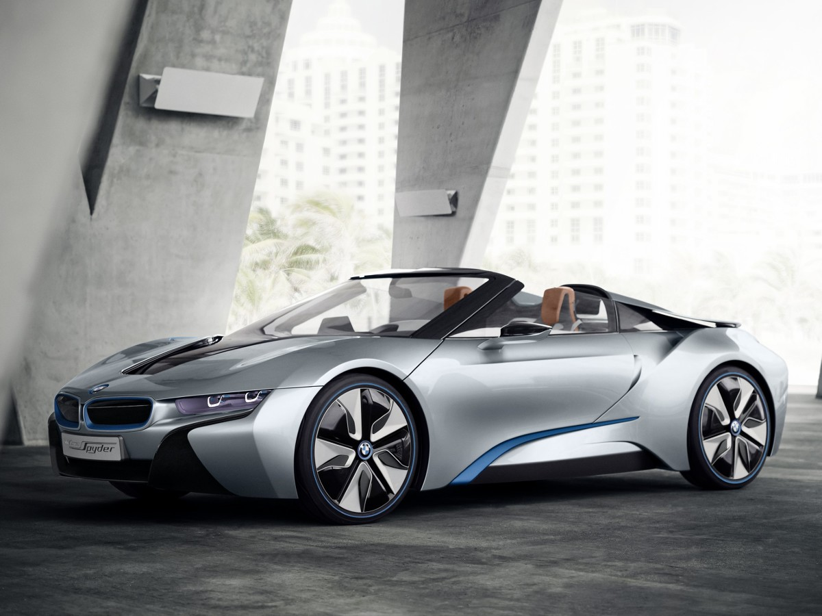BMW i8 Spyder bazujące oczywiście na wariancie coupe, zostało pokazane w 2012 roku. Wyróżniało się m.in. szklaną pokrywą silnika i posiadało miejsca dla dwóch osób / Fot. BMW