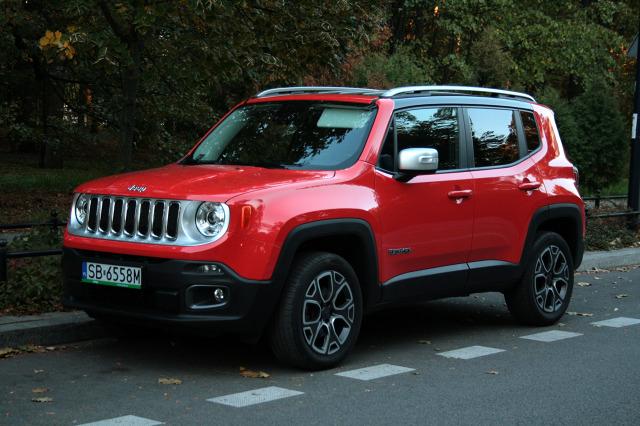 Jeep Renegade   Podwozie Jeepa zapewnia przyjemniejsze podróże. Czuje się, że Renegade ma większe skoki zawieszeń i lepiej radzi sobie w wybojami. Ale wyższy komfort jazdy okupiony jest gorszą stabilnością auta.  Fot. Dariusz Dobosz
