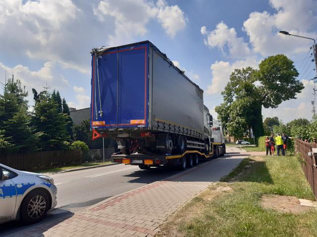 Najpierw uszkodzona sygnalizacja świetlna, a kilka kilometrów dalej zerwana trakcja elektryczna na przejeździe kolejowym - tak zakończył się transport zepsutej ciężarówki. Jej przewóz na naczepie innego pojazdu nie miał prawa się udać. Przedsiębiorca liczył jednak, że wystarczy tyczka aby utorować jazdę za wysokiemu transportowi. Przedsiębiorcy grozi 15 tys. zł kary administracyjnej.  Fot. ITD