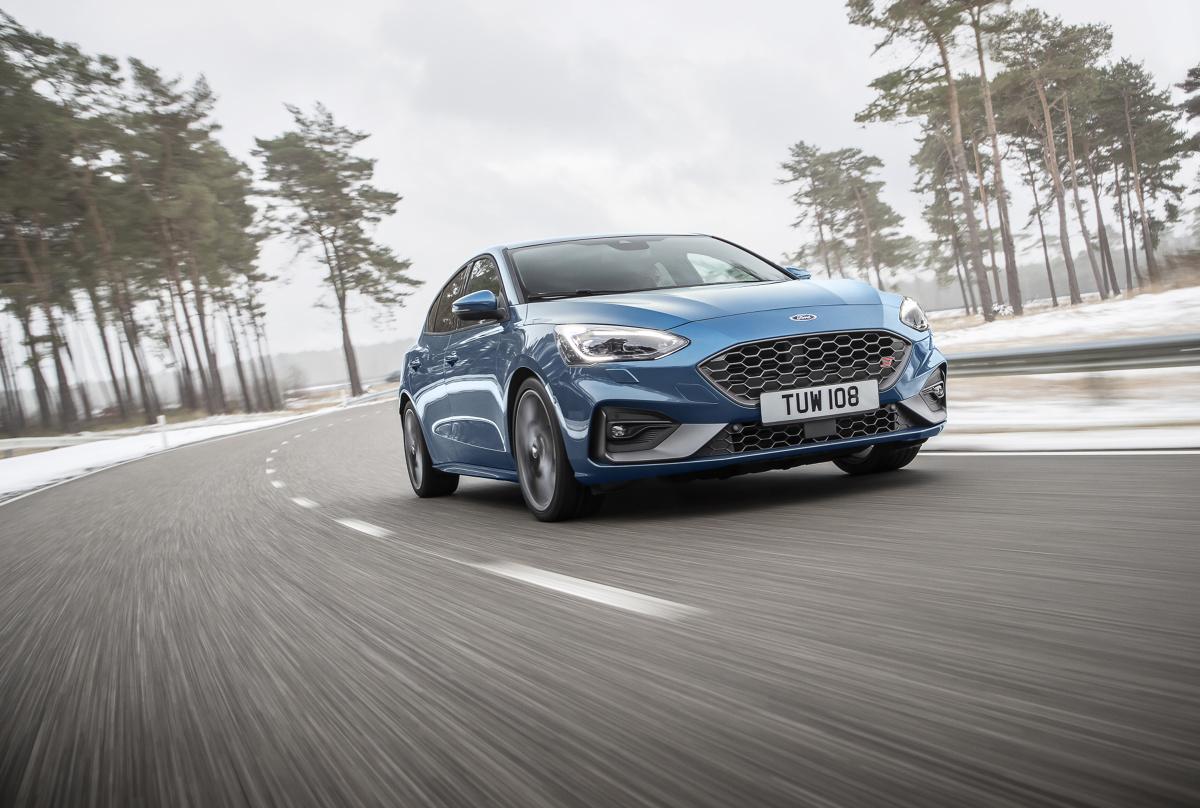 Ford Focus ST 2019   Zupełnie nowy, wykonany z aluminium silnik benzynowy EcoBoost o pojemności 2,3-litra jest najmocniejszą jednostka napędową, jaką kiedykolwiek oferowano w modelu Focus ST. To między innymi dzięki zastosowaniu zaawansowanego układu turbodoładowania, silnik osiąga moc aż 280 KM przy 5500 obr/min.  Fot. Ford