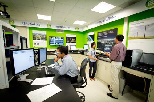 Laboratorium inteligentnych sieci w globalnym centrum badawczym GE w Niskayuna (stan Nowy Jork), gdzie prowadzone są badania nad samochodami elektrycznymi.
