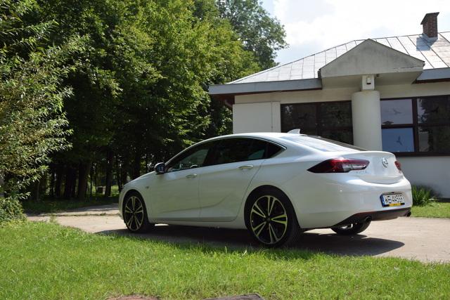Opel Insignia Grand Sport  Opel Insignia Grand Sport to samochód wprost stworzony do jazdy w trasie. W mieście i na krętych drogach krajowych nie ujawnia wszystkich swoich zalet, a te widoczne są przede wszystkim w trasie i na autostradach. Szczególne uznanie budzi przestronność we wnętrzu. Bagażnik bez trudu połyka nawet znaczne bagaże na dłuższą podróż. W kategorii komfort Insignia ociera się o notę bardzo dobrą. Zawieszenie jest doskonale zestrojone i skutecznie tłumi wszelkie nierówności drogi.   Fot. Marcin Rejmer