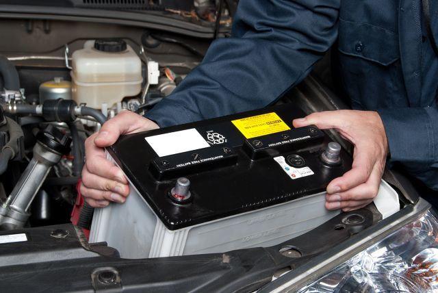 Akumulatory samochodowe - poradnik   Przez wiele lat kwestia wyboru odpowiedniego akumulatora ograniczała się do doboru odpowiednich parametrów określonych przez producenta. Dziś, gdy na półkach stoją różnego rodzaju akumulatory o tajemniczych oznaczeniach sprawa nie wydaje się taka prosta. Ale tylko pozornie.  Fot. archiwum