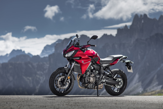 Yamaha Tracer 700  Sercem pojazdu jest 2-cylindrowy, 4-suwowy, chłodzony cieczą silnik o pojemności 689 cm3 i mocy 74,8 KM.  Fot. Yamaha