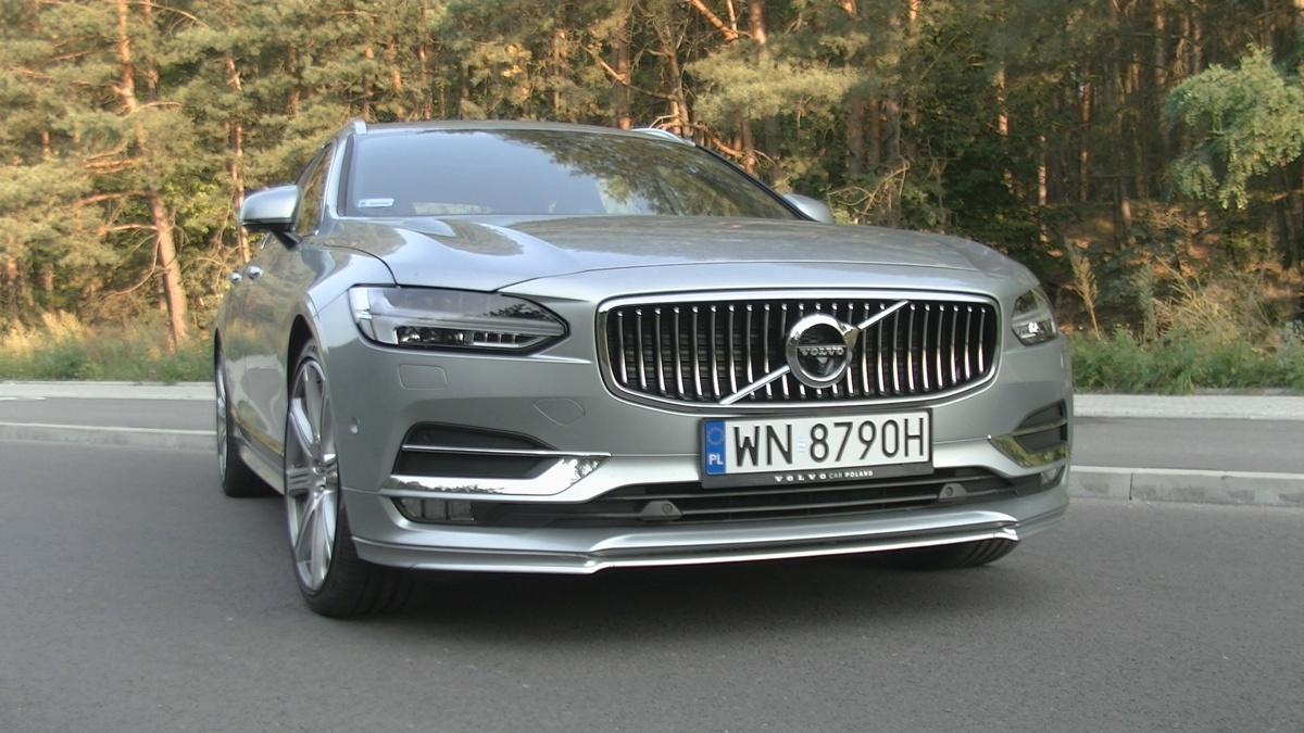 Volvo V90   Po wielu chudych latach, kiedy przyszłość marki niejednokrotnie stawała pod znakiem zapytania, Volvo wreszcie wyszło na prostą. Ogromna w tym zasługa nowego modelu XC90, sprzedającego się w wielu krajach jak ciepłe bułeczki (przez pół roku od debiutu na całym świecie zamówiono ponad 80 tysięcy tych aut).   Fot. Kacper Rogacin