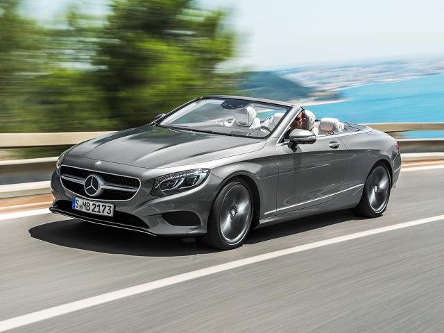 Wersja z otwartym dachem to szósty wariant obecnej Klasy S – a zarazem pierwszy luksusowy, czteroosobowy kabriolet producenta od 1971 roku. Materiałowy dach możemy składać przy prędkości do 60 km/h. / Fot. Mercedes-Benz