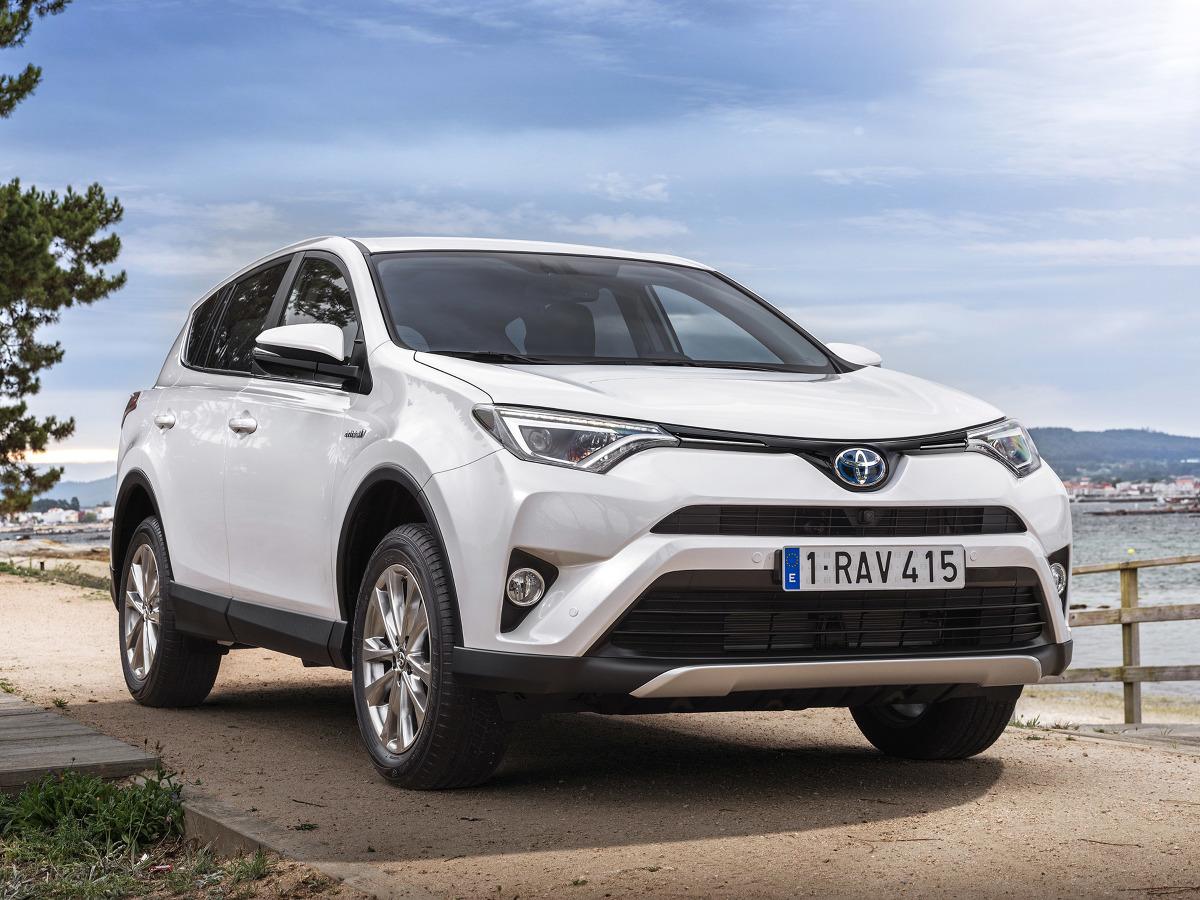 Toyota RAV 4 Hybrid  Standardowe wyposażenie to m.in. tempomat, czujnik deszczu, dwustrefowa automatyczna klimatyzacja oraz kamera cofania. Do dyspozycji są także sportowe fotele.  Fot. Toyota