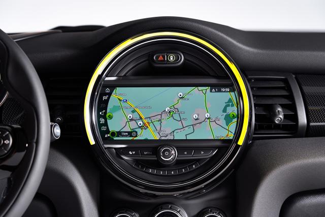 MINI Cooper SE  Sprint od 0 do 60 km/h zajmuje nowemu MINI Cooper SE jedynie 3,9 s. Na pierwszych 60 metrach auto bez trudu dorównuje więc samochodom sportowym z tradycyjnym napędem spalinowym. Przyspieszenie od 0 do 100 km/h zajmuje elektrycznemu MINI 7,3 s. Jego prędkość maksymalna jest przy tym ograniczona do 150 km/h.  Fot. MINI
