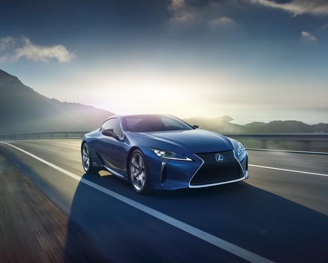 Japoński producent samochodów luksusowych poinformował, że na genewskim salonie motoryzacyjnym przedstawi swoje najnowsze coupe w wersji z napędem hybrydowym / Fot. Lexus