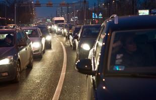 """Ustawienie świateł. Rusza kampania  """"Twoje światła – Nasze bezpieczeństwo"""". Bezpłatne badanie świateł samochodów"""