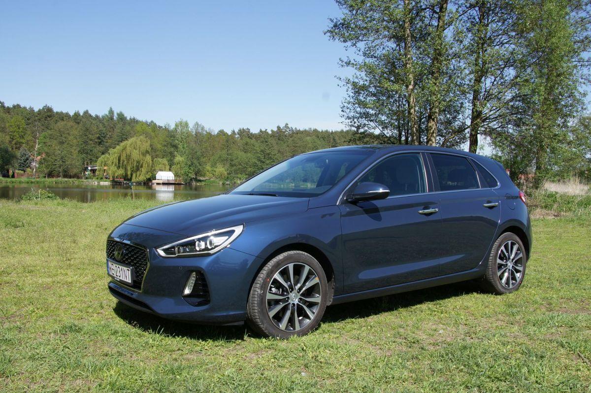 Hyundai i30   Hyundai i30 nowej generacji został standardowo wyposażony m.in. w system autonomicznego hamowania, system utrzymywania pasa ruchu, system kontroli poziomu uwagi kierowcy i inteligentne światła drogowe. Technologia autonomicznego hamowania (AEB) z wykrywaniem pieszych to funkcja ostrzegania kierowcy o konieczności nagłego hamowania. Trzeba nadmienić, że w trakcie testowania Hyundaia, system ten uratował nas przed stłuczką, gdy poprzedzające auto nagle i ostro zahamowało. I30 szybko i sprawnie rozpoznał sytuację na drodze i bez udziału kierowcy rozpoczął hamowanie.  Fot. Bartłomiej Pobocha