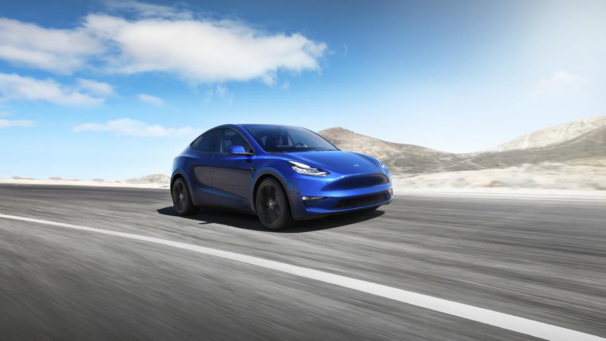 Tesla Model Y   Nowy pojazd zapewnia więcej miejsca niż sedan, którym jest Model 3. Po złożeniu siedzeń przestrzeń bagażowa sięga 1900 litrów. Model Y może zostać wyposażony w 3. rząd siedzeń i zabrać 7 osób. Fotele z przodu, jak i siedzenia z tyłu są podgrzewane, a oparcie kanapy jest w składane w stosunku 40:20:40.  Fot. Tesla