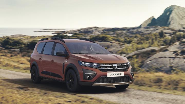 Dacia Jogger   W dniu debiutu rynkowego Dacia Jogger będzie dostępna w dwóch wersjach silnikowych: z nowym silnikiem benzynowym TCe 110 oraz z dwupaliwowym silnikiem TCe 100 LPG.  W 2023 roku oferta zespołów napędowych zostanie uzupełniona o wersję hybrydową.   Fot. Dacia