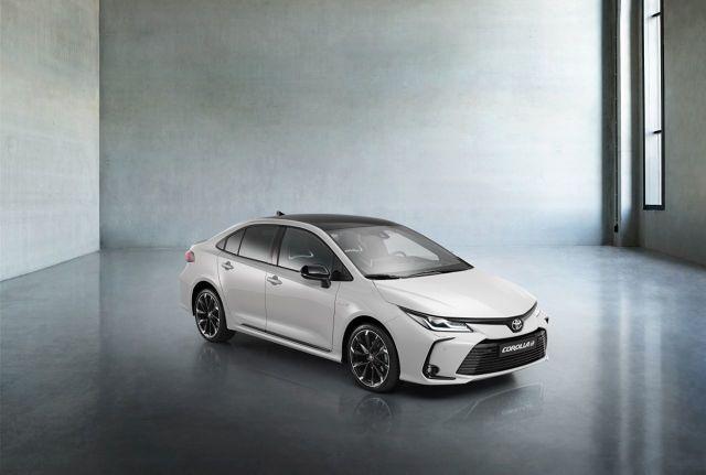Toyota Corolla sedan GR Sport   Corolla Sedan dołącza do wersji Hatchback i TS Kombi, i otrzymuje nową wersję GR Sport z elementami stylistycznymi nadwozia i wnętrza nawiązującymi do sportowych samochodów TOYOTA GAZOO Racing.   Fot. Toyota
