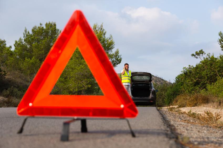 Mieliśmy wypadek, stłuczkę, czy po prostu zepsuł nam się samochód i musieliśmy się nagle zatrzymać. Pamiętajmy, by prawidłowo oznakować pojazd. Niestety, bardzo często na drodze zapominamy o tej czynności, która może istotnie wpłynąć na nasze bezpieczeństwo.  Fot. Skoda