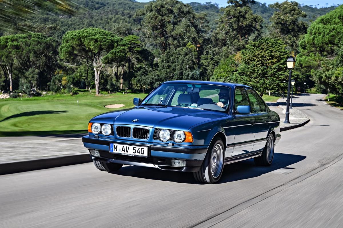 BMW serii 5 E34 (1988-1996)  Trzecia generacja BMW serii 5 przeżywa w ostatnich latach prawdziwy renesans. Już nie jako pojazd miłośników domorosłego tuningu i amatorów driftu, a w roli przystępnego w utrzymaniu youngtimera z niezłą perspektywą wzrostu cen. Które wersje tego modelu są godne zainteresowania, a których lepiej unikać - o tym w naszym poradniku.  Fot. BMW
