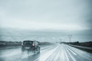 Jazda na oponach letnich zimą. Czy to bezpieczne?