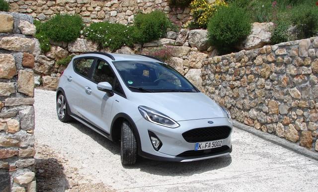 Nowy Ford Fiesta Active  W nowej Fieście mamy do dyspozycji dwie jednostki napędowe: litrowy fordowski silnik benzynowy EcoBoost i silnik wysokoprężny TDCi o pojemności 1,5-litra, które spełniają  najsurowsze normy emisji spalin Euro 6.  Fot. Dariusz Kowalczuk