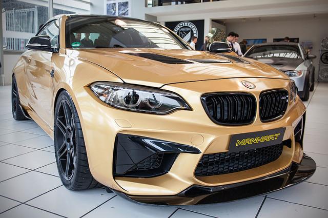 BMW M2   3-litrowy motor został zmodyfikowany. Silnik dostał inny intercooler oraz zestaw zmodyfikowanych turbosprężarek. W efekcie moc  wzrosła z 500 KM do 630 KM. Moment obrotowy w tym przypadku wynosi 700 Nm.  Fot. Manhart