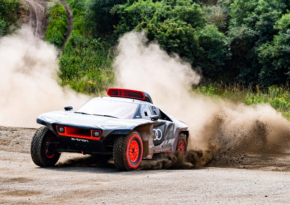 W niecały rok od zaprezentowania pierwszej idei pojazdu, Audi Sport rozpoczęło fazę testów nowego Audi RS Q e-tron, w którym marka z czterema pierścieniami w logo w styczniu 2022 weźmie udział w jednej z najbardziej znanych i najtrudniejszych imprez rajdowych na świecie: w Rajdzie Dakar.