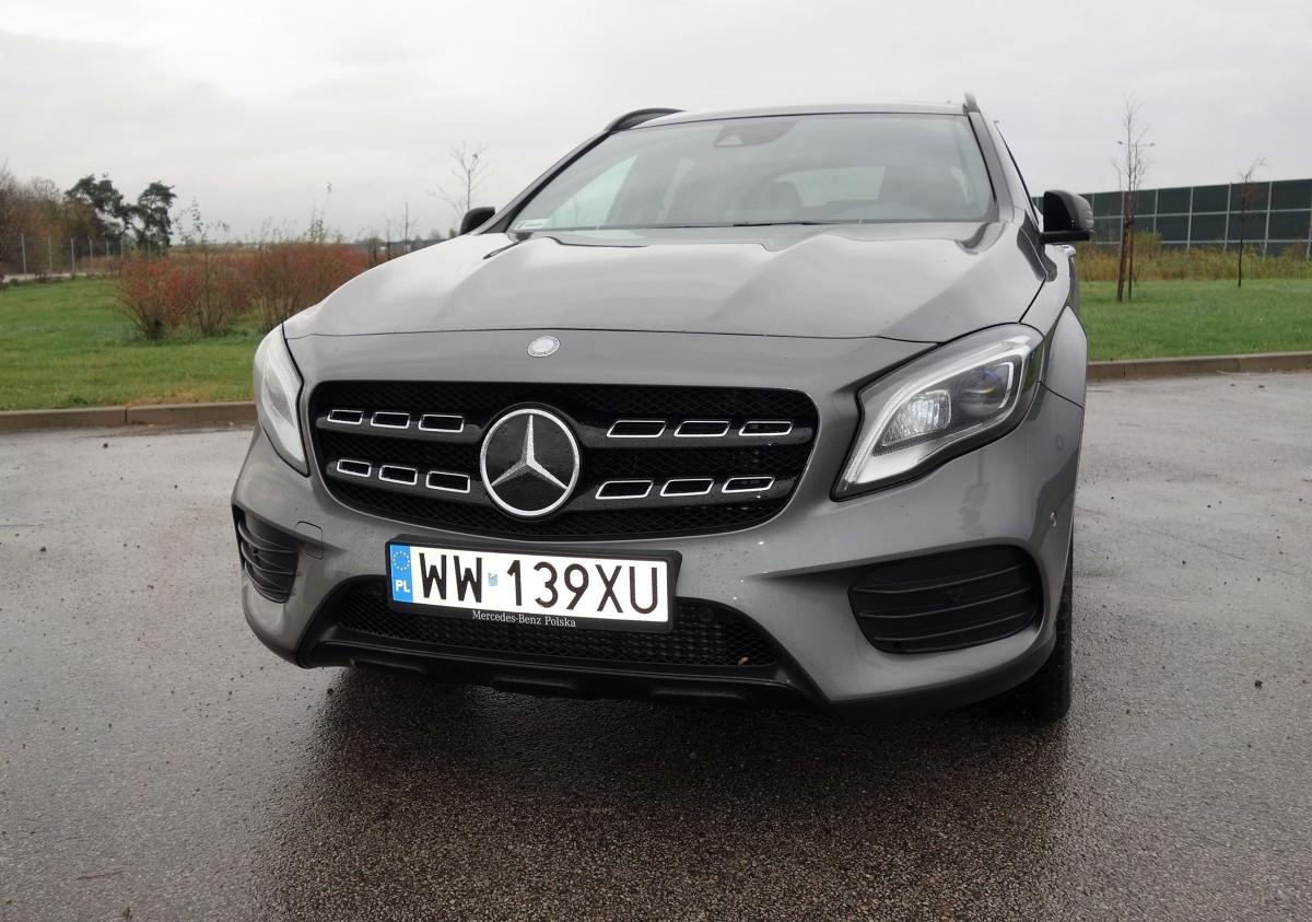 Mercedes GLA 220 4Matic  Model oznaczony symbolem GLA to pierwszy kompaktowy SUV marki Mercedes-Benz. Jego sylwetka ma w sobie coś ze skrzyżowania sportowego coupe z elementami terenówki. Zadebiutował w 2013 roku i bardzo szybko odniósł sukces, zmieniając układ sił w swoim segmencie tj. kompaktowych crossoverów premium.   fot. Ryszard M. Perczak