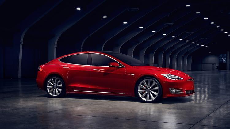 Tesla Model S P100D  Dysponując dwoma motorami elektrycznymi samochód przyspiesza do 100 km/h w 2,5 sekundy.   Fot. Tesla