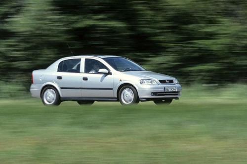 Fot. Opel: Opel Astra II z nadwoziem sedan.