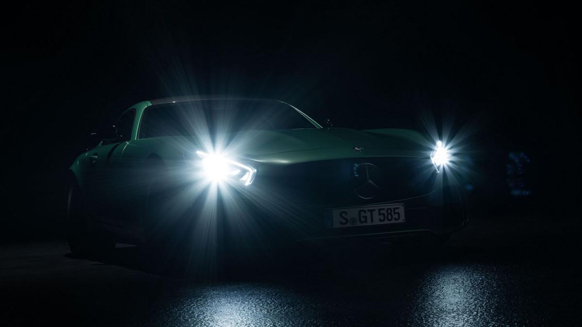 Mercedes AMG GT R   Zadaniem nowego auta będzie wypełnienie luki pomiędzy AMG GT S i AMG GT Black Series. Wiadomo, że nowy pakiet aerodynamiczny obejmie m.in. tylne skrzydło, przedni zderzak oraz obudowy lusterek.  Fot. Mercedes
