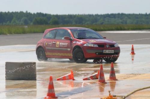 Fot. Renault: Kursy w firmowych szkołach jazdy, np. Renault czy Skoda, są przeznaczone w zasadzie do zorganizowanych grup. Mniejsze i mniej znane szkoły jazdy za całodniowe szkolenie indywidualnego kursanta życzą sobie 500 zł – bezpieczeństwo jest b