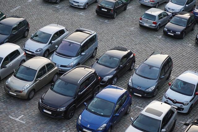 Już dzisiaj w Sejmie posłowie zajmą się projektem ustawy o Funduszu Dróg Samorządowych, który może wpłynąć na zwiększenie cen paliw aż o 25 groszy na litrze. Po podwyżkach cen obowiązkowego ubezpieczenia OC, oznacza to kolejne podwyżki dla kierowców. Eksperci porównywarki OC/AC mfind.pl sprawdzili, za co w tym roku kierowcy muszą zapłacić więcej i jakie podwyżki są jeszcze w planach.  fot. ip