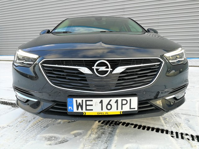 Opel Insignia Grand Sport 1.5 Turbo  Insignia jest stabilna, wyważona i absolutnie posłuszna. Reakcja na ruch kierownicy jest ekspresowa, podobnie jak na zmianę biegów. Jazda tym autem jest pewna, choć zdarzyło się jej stracić przyczepność na zakrętach podczas opadów. W takich przypadkach jednak ESP spisuje się na plus, pomagając odzyskać właściwy tor jazdy.   Fot. Kamila Nawotnik