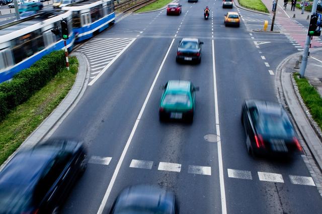 Na drodze często przecinają się tory jazdy różnych pojazdów. Zazwyczaj dochodzi do tego na skrzyżowaniach i przy zmianach pasa ruchu. O tym, kto w takich sytuacjach ma pierwszeństwo decydują przepisy, ale i tak lepiej zachować szczególną ostrożność.  fot. Skoda