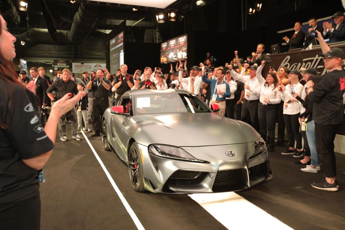 Pierwszy egzemplarz debiutującej w tym roku Toyoty GR Supry nowej generacji został sprzedany na aukcji charytatywnej za 2,1 miliona dolarów (prawie 8 milionów zł). Dochód z licytacji został przekazany na działalność American Heart Association oraz Bob Woodruff Foundation. W Polsce Toyota zebrała już 43 zamówienia na nową Suprę w ciągu pierwszych 3 dni!  Fot. Toyota