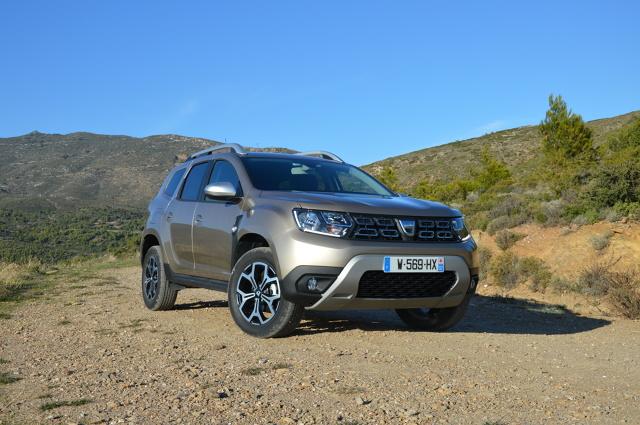 Dacia Duster   Niezmieniona jest gama dostępnych silników, która obejmuje dwie jednostki benzynowe i dwie wysokoprężne. Wśród tych pierwszych bazowym silnikiem jest motor SCe 115 o pojemności 1,6 litra i mocy 115 KM. Mocniejszym benzyniakiem jest silnik TCe 125 o pojemności 1,2 litra i mocy 125 KM. Oba silniki mogą występować zarówno z napędem 4x2 jak i 4x4.  Fot. Wojciech Frelichowski