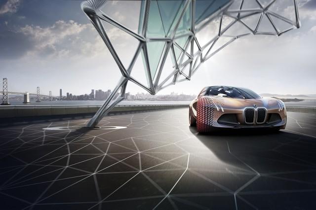 BMW Vision Next 100 to sportowy sedan, który posiada unoszone do góry drzwi. Pojazd ma 4900 mm długości, a do jego budowy wykorzystano głównie włókno węglowe oraz tworzywa sztuczne. Uwagę zwraca także brak klasycznych kół / Fot. BMW