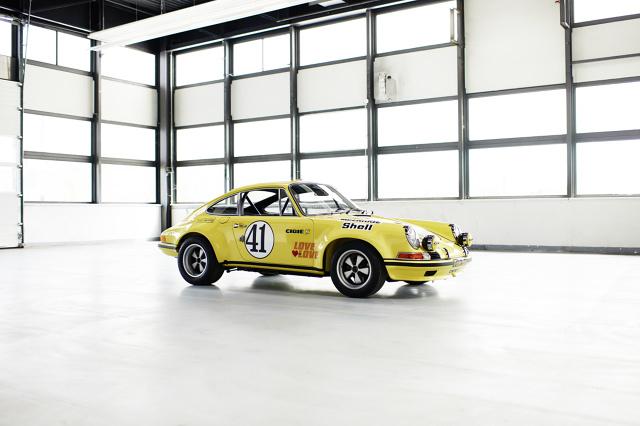Porsche 911 2.5 S/T.  Z okazji otwarcia wystawy Techno Classica w Essen oddział Porsche Classic prezentuje odnowiony egzemplarz Porsche 911 2.5 S/T z bogatą historią udziału w wyścigach. Klasowy zwycięzca Le Mans z 1972 roku w ciągu minionych 2 lat przeszedł skrupulatną renowację pod okiem ekspertów Porsche Classic i po raz pierwszy występuje na targach.  Fot. Porsche