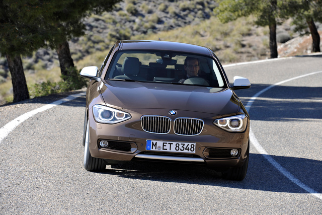 """BMW serii 1  """"Ostatnie prawdziwe"""" - takimi słowami często określane jest BMW serii 1 F20. Oto, po 8 latach produkcji, aktualny model schodzi ze sceny i już wkrótce będzie zastąpiony przednionapędowym F40. Jak się okazuje, niewiele osób kupujących nową """"jedynkę"""" w salonie zwracało uwagę na to, którą oś ma napędzaną ich nowy samochód.   Fot. BMW"""