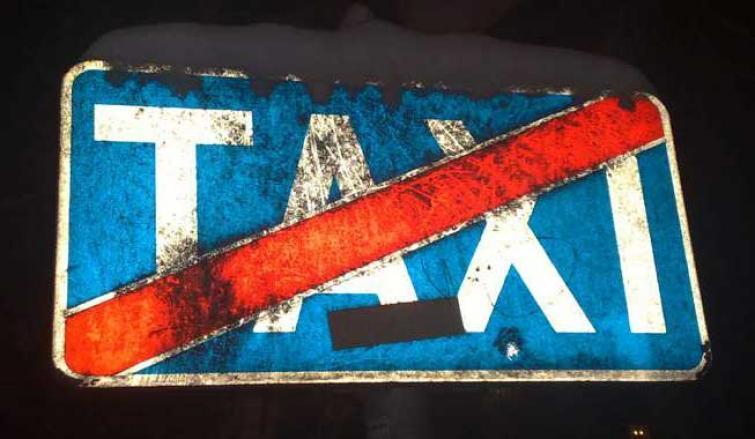 Gdzie może zatrzymać się taksówka? Policja odpowiada