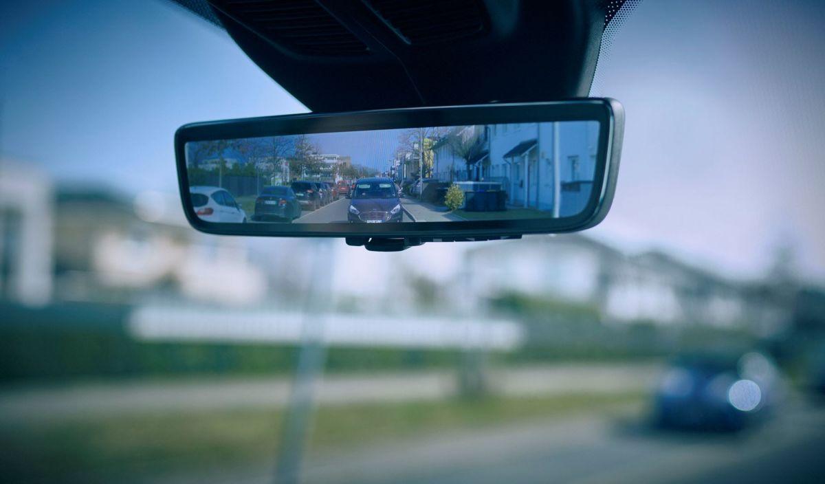 """Wielu kierowców aut dostawczych musi polegać na zewnętrznych lusterkach, gdy widok w lusterku wewnętrznym zasłania przegroda lub ładunek. Jak głoszą naklejki na zderzakach: """"Jeśli nie widzisz moich lusterek, ja nie widzę Ciebie!"""" Fot. Ford"""
