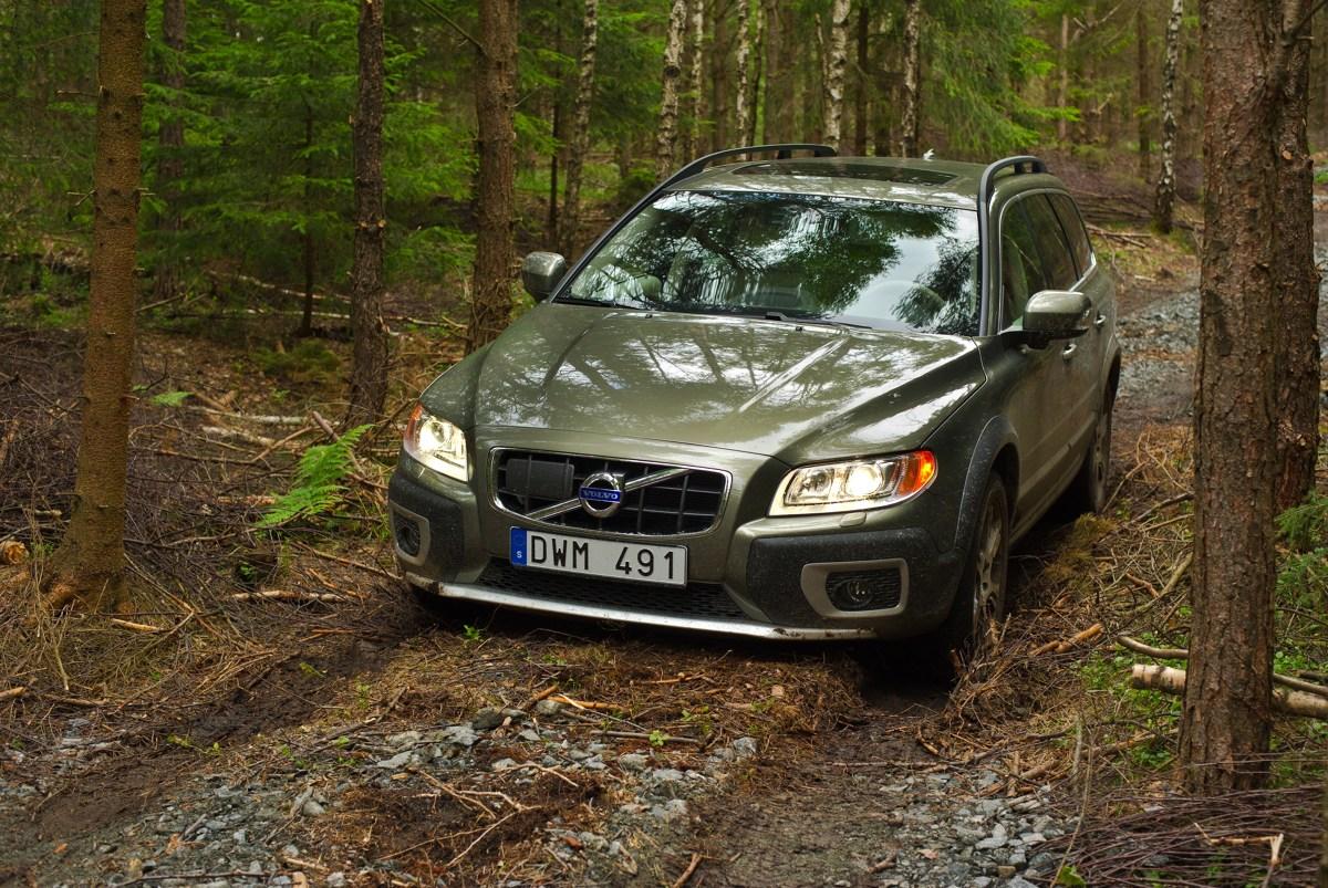 Idea samochodu kombi na nieco poniesionym zawieszeniu może trafić w gusta tych, którzy nie lubią SUV-ów, a jednocześnie chcą czasem zjechać poza utwardzone drogi. W ten nurt świetnie wpisuje się Volvo XC70, które prześwietlamy w naszym poradniku.  Fot. Volvo