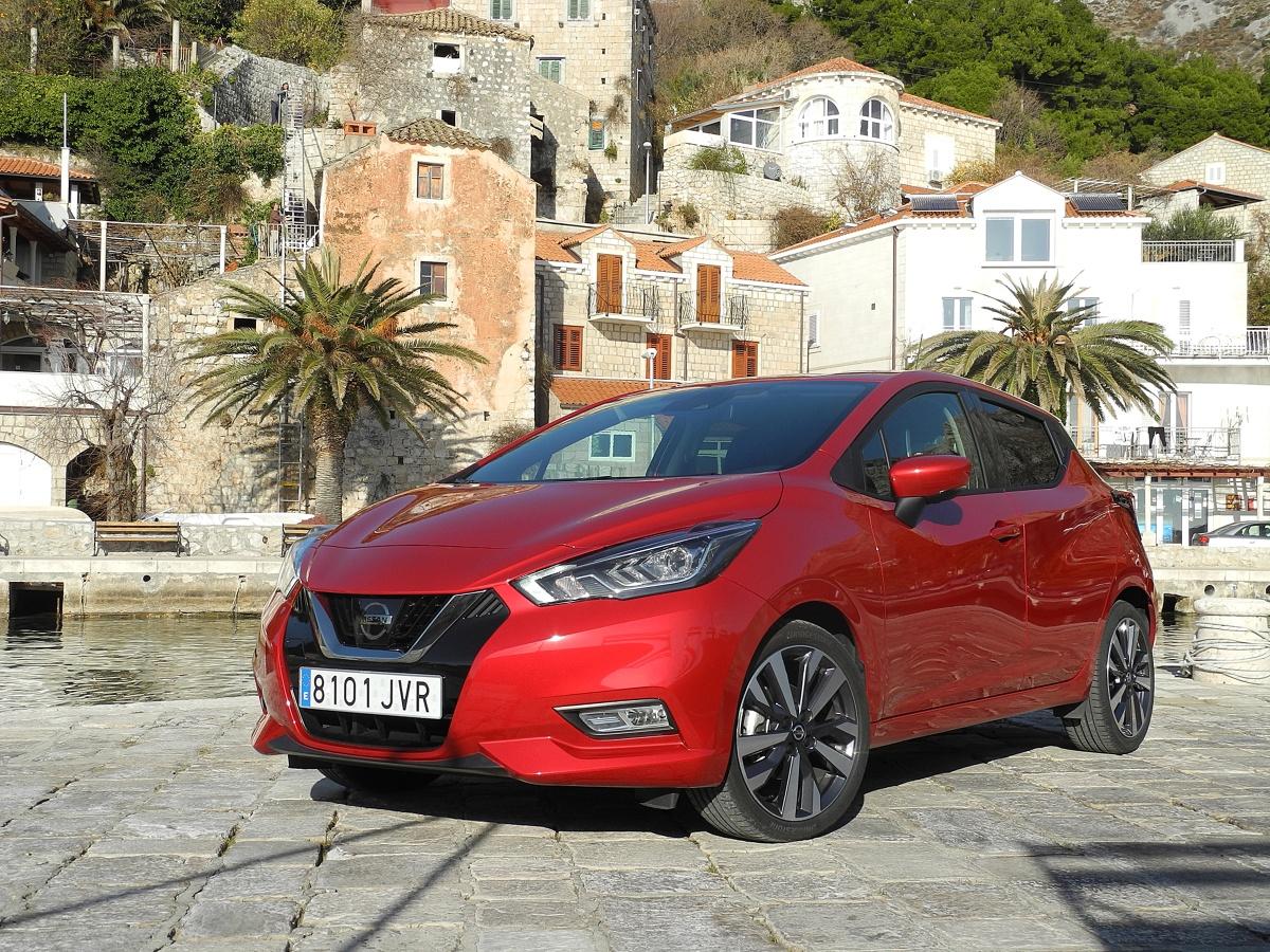 Nissan Micra   Na początek Nissan Micra V będzie dostępny w trzech wersjach silnikowych. Podstawową jednostką napędową jest benzynowy trzycylindrowy silnik o pojemności 1 litra i mocy 73 KM. Drugim silnikiem benzynowy jest turbodoładowana trzycylindrowa jednostka o pojemności 0,9 litra i mocy 90 KM (napędza też z Renault Clio). Ofertę uzupełnia czterocylindrowy turbodoładowany silnik wysokoprężny o pojemności 1,5 litra i mocy 90 KM (również w Clio). Wszystkie trzy silniki współpracują z pięciostopniową manualną skrzynią biegów.  Fot. Wojciech Frelichowski